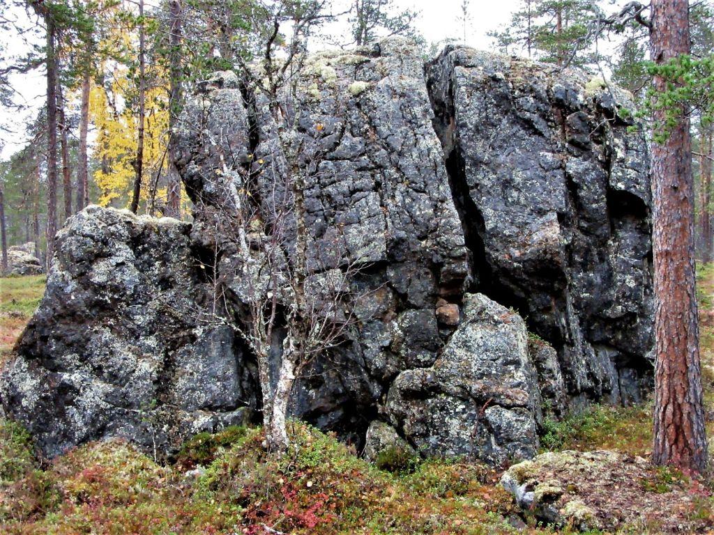 Kivi Inarinpolun varrella.