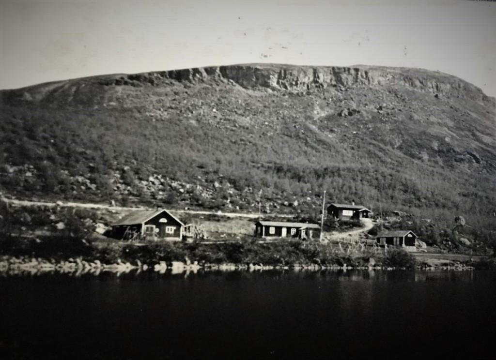 Kilpisjärvellä matkailulla on vuosisateiset perinteet jo ennen maantien valmistumista. Talvitie, kesäpolku ja venekyyti veivät ja toivat kulkijoita Norjasta ja etelästä. Tässä kuva 1930-luvun lopulta, jolloin Matkailijayhdistyksen matkailumaja oli juuri valmistunut valtion rakentaman Siilastuvan läheisyyteen, Taustalla Saanatunturi.